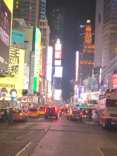 Auf der Straße in NYC bei Nacht und auf dem Weg in Richtung Times Square
