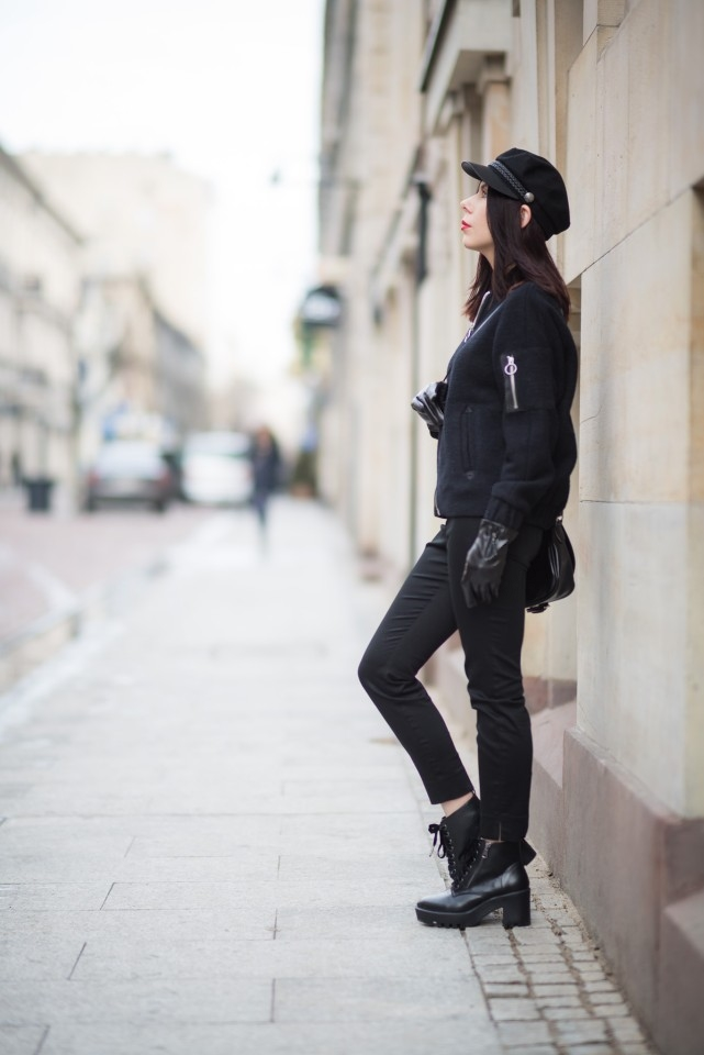 stylizacja damska z kaszkietem w męskim stylu total black look