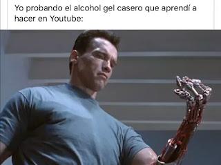 Arnold Schwarzenegger con mano de Terminator