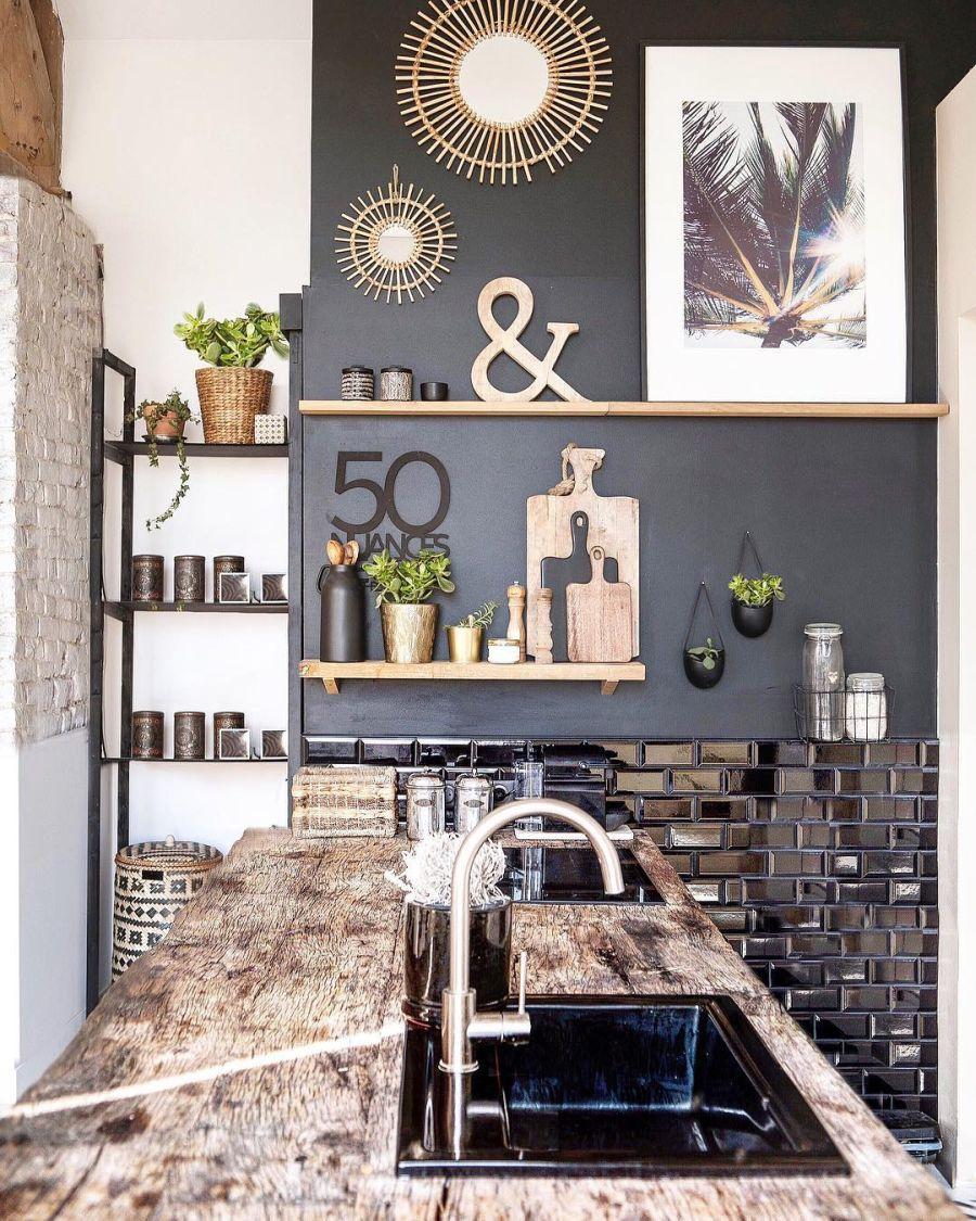 Święta w pięknym mieszkaniu w dawnej stodole, wystrój wnętrz, wnętrza, urządzanie domu, dekoracje wnętrz, aranżacja wnętrz, inspiracje wnętrz,interior design , dom i wnętrze, aranżacja mieszkania, modne wnętrza, styl rustykalny, styl skandynawski, mieszkanie w stodole, Święta, Boże Narodzenie, rustic style, Scandinavian style, flat in the barn, Holidays, kuchnia, kitchen, black wall, zcarna ściana