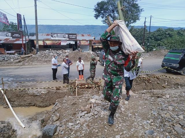 Puing-puing Banjir Diparapat DIbersihkan Personel Jajaran Kodim 0207/Simalungun Bersama Dinas Terkait