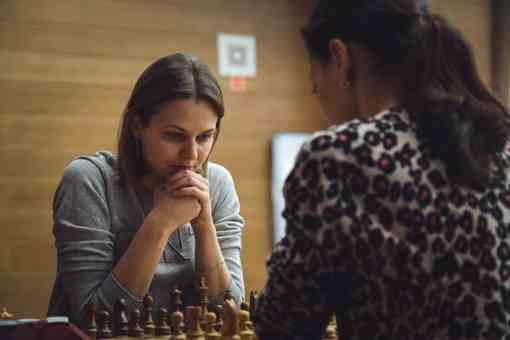 Lors des départages du 1er tour, Lei Tingjie a été plus forte qu'Alisa Galliamova dans les deux rapides de 25 minutes et se qualifie pour les quarts de finale - Photo © site officiel