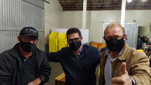"""Roncador: Pré-candidato João Gluchak é """"tietado"""" até pelos adversários"""
