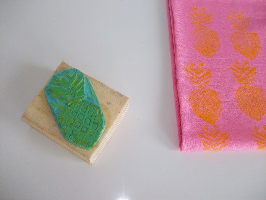 Personalizar unas servilletas con sello de piña