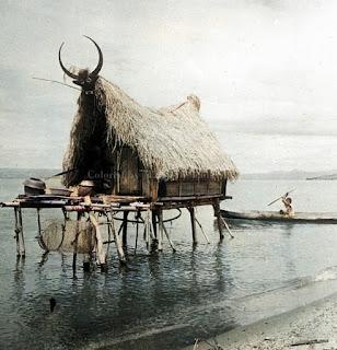 pondok nelayan di atas danau toba