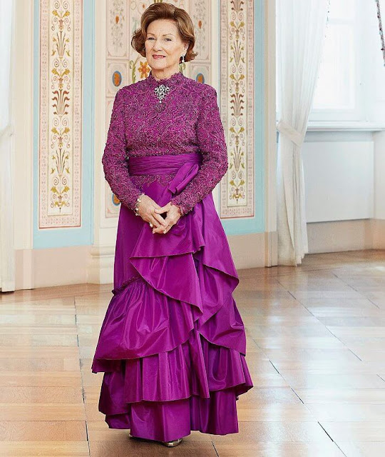 Queen Sonja wore a purple lace satin gown, and pearl brooch and pearls earrings