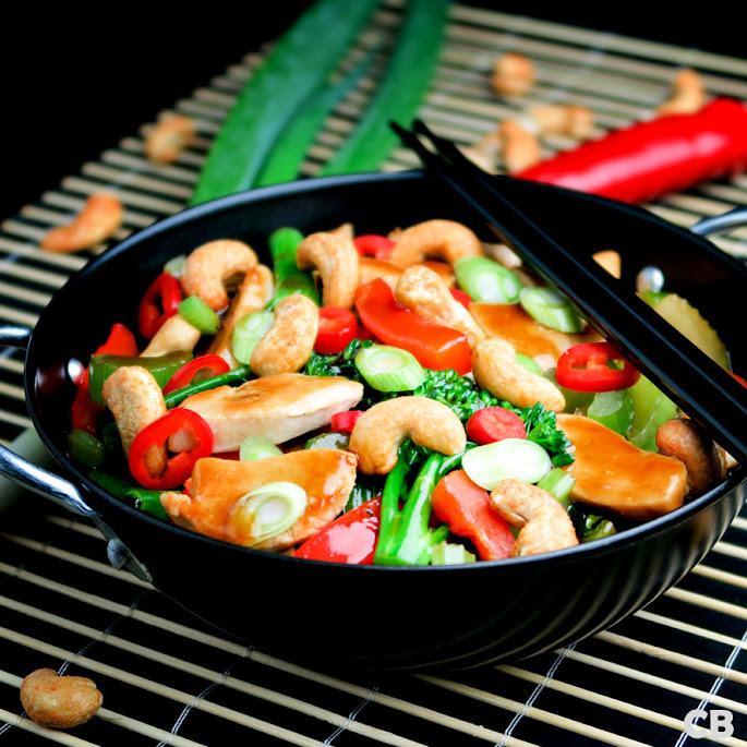 Recept: zo maak je zelf een heerlijke roerbakschotel met kip, groenten en cashewnoten!