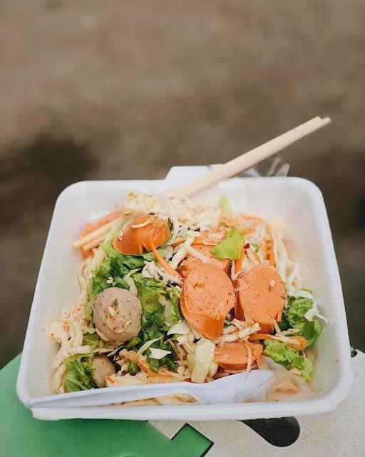 Món ăn kết hợp từ những xiên bò viên, xúc xích, chả dẹp trộn xà lách, đu đủ, cà rốt bào sợi, tạo sắc màu bắt mắt. Salad được nêm gia vị kiểu Thái nên có vị chua, cay. Món ăn được bán chủ yếu ở các xe đẩy khiến nhiều du khách thích thú trải nghiệm.