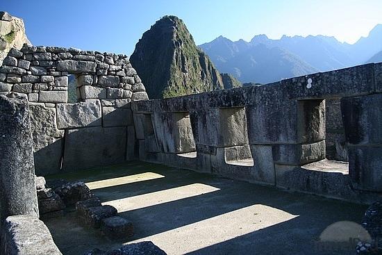 El Templo de las Tres Ventanas, en Machu Picchu, Perú. Este lugar está ligado al origen del Imperio Incaico. Se cree que los Hermanos Ayar, fundadores del Imperio Incaico, ingresaron por tres ventanas similares en las montañas.