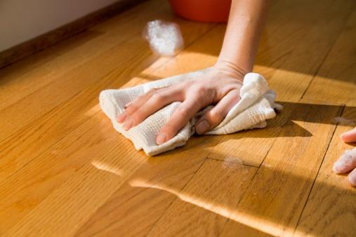 lantai parket mudah dibersihkan