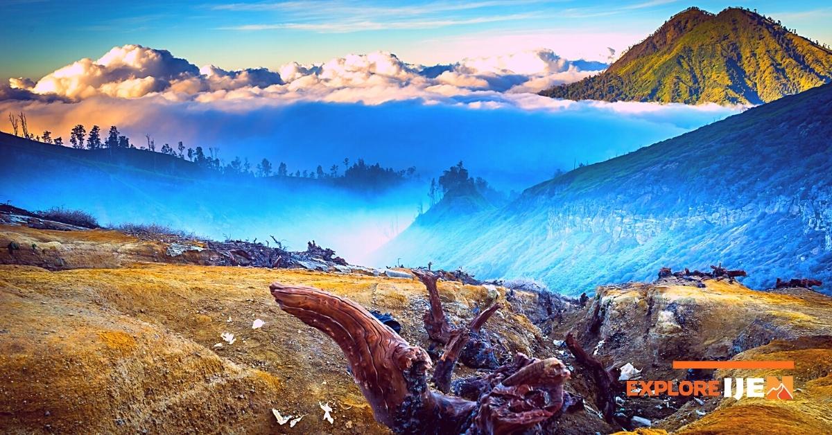 suasana pagi hari di kawah gunung ijen