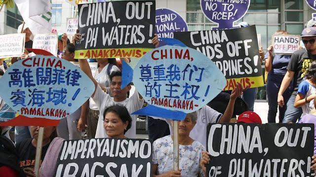 Người biểu tình phản đối việc quân sự hóa của Trung Quốc trên Biển Đông tại Manila tháng 6/2017