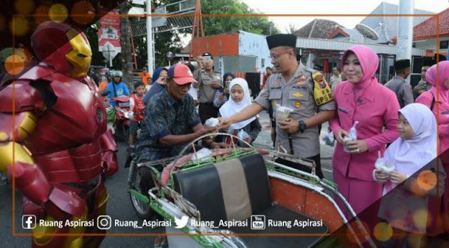 Berbagi Kebahagiaan di Awal Puasa Bulan Ramadhan, Polres Situbondo Bagi-Bagi Takjil
