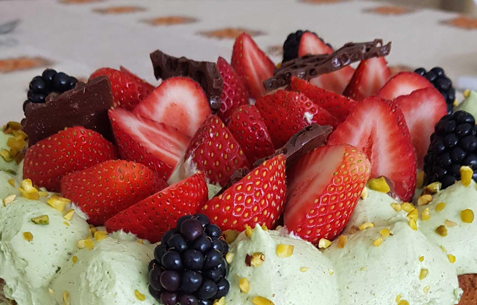 gâteau anniversaire fruits rouges pistache chocolat