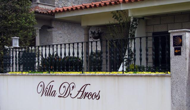 fachada de uma casa com os dizeres: Villa DÁrcos