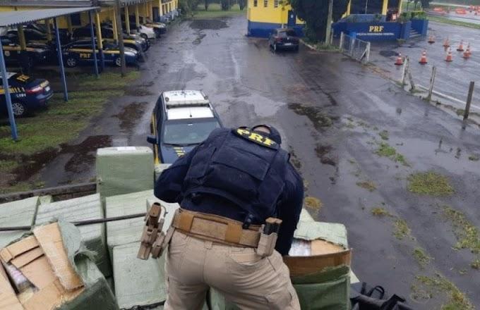 PRF apreende caminhão com placa de Dom Pedrito na BR 290; veículo transportava meio milhão em mercadorias estrangeiras