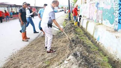 Bupati Nikson Turun Langsung Gotong Royong Jumat Bersih di Tarutung