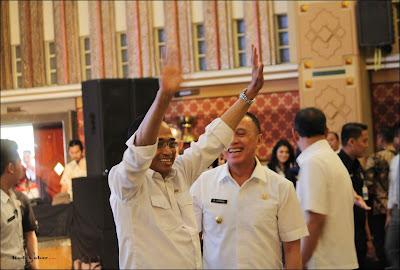 Menteri Perhubungan Ir. Budi Karya Sumadi, dan Gubernur Jawa Barat H.M. Iriawan, menyapa peserta Dialog Nasional 16, di Gedung Balai Asri Pusdai Bandung.