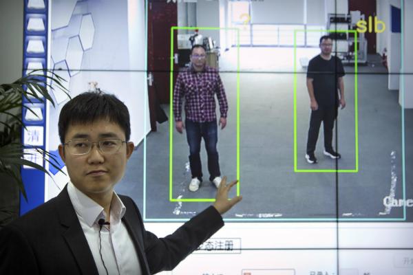الصين تختبر برنامجا قادرا على تحديد هوية الأشخاص عبر طريقة مشيهم!