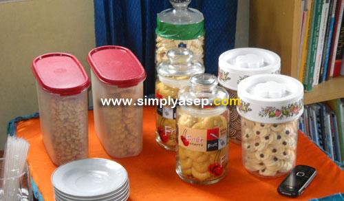 SNACK : Sajikan makanan kecil dan ringan di rumah sebagai persiapan untuk menyambut para tamu yang datang ke rumah anda.  Foto Asep Haryono