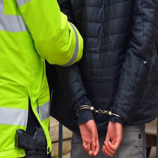 Choco contra un guardarrail y termino detenido