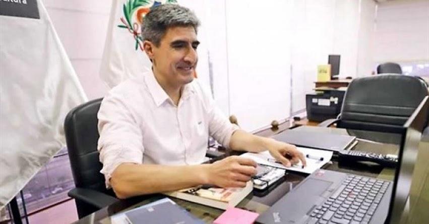 Ministro de Cultura, Alejandro Neyra, entrega Premio de Literatura 2020