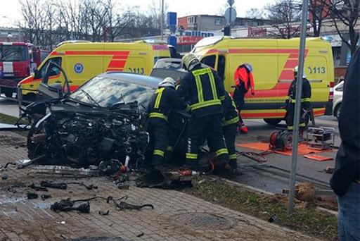 Ugunsdzēsēji glābēji atbrīvo no mašīnas iesprostoto vadītāju