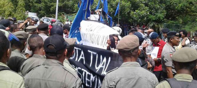 Puluhan mahasiswa yang tergabung dalam Mahasiswa Kristen Indonesia (GMKI) Cabang Tual menggelar aksi demo di depan Kantor Walikota Tual.