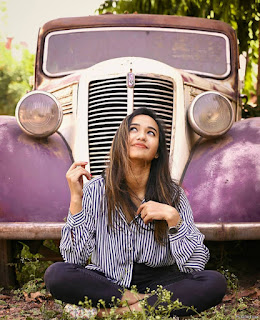 Single Photo Pose For Girl With Vintage Car