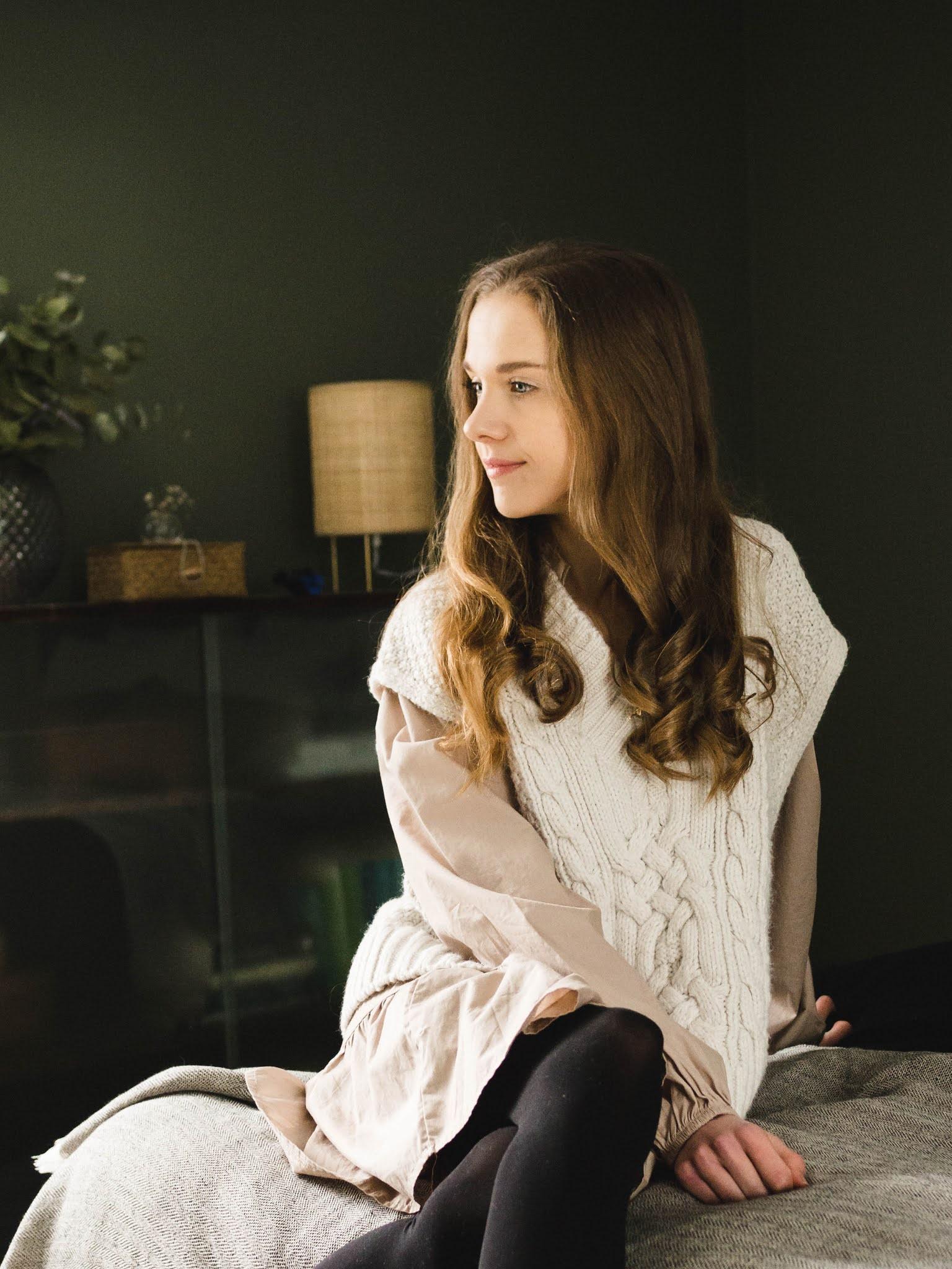 Kevään pukeutuminen, beige paitamekko ja valkoinen neuleliivi // Spring outfit: beige smock dress and knitted vest
