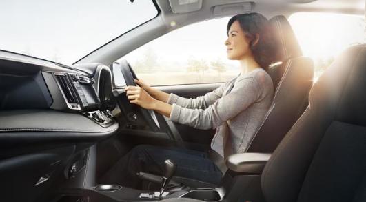 Hindari Mengendarai Mobil Menggunakan High heels