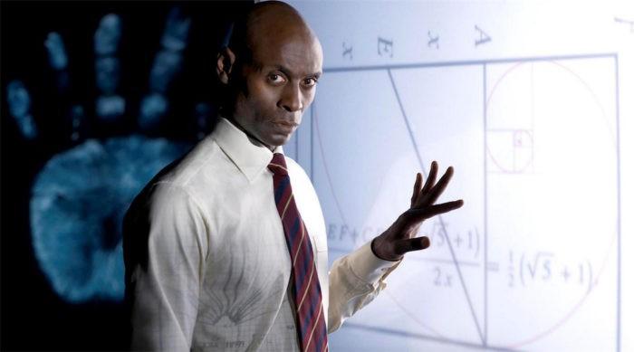 Lance Reddick en una imagen promocional de Fringe