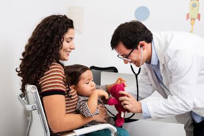 Doctor atendiendo a un bebe
