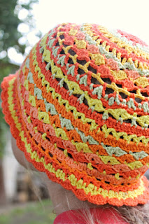 5d85820faf0 Lihtsalt osta ja hakka tegema. Värvide kokkusobitamine ja käigu pealt uue  ringi väljamõtemine on nii rahustav tegevus. Loodetavasti ei kao mütsi  kandmise ...