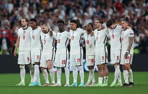 Facebook and Twitter are criticized by English players