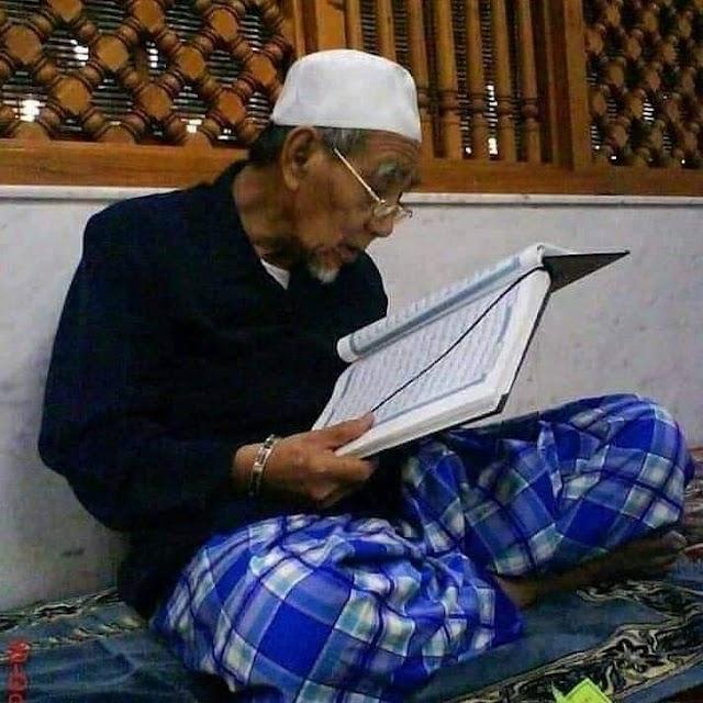 Hikmah : Syaikhona Maimoen Zubair Membaca Al-Qur'an dekat Maqbaroh Rosulullah S.A.W