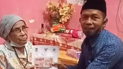 Kades Pisangan Jaya Antar Langsung BLT-DD Ke Rumah Warga Lansia