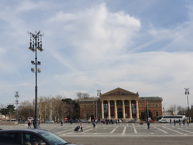 בניין ממול המוזיאון, גם בו מתקיימות תערוכות