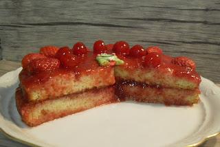 Receta de pastel de mermelada de fresas,con fresas y cerezas.