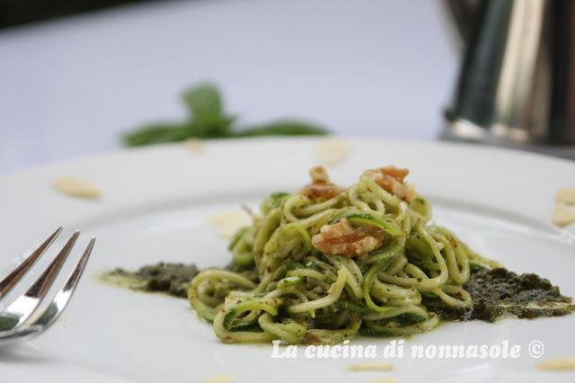 Spaghetti di zucchine con emulsione di basilico e noci