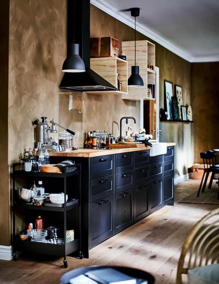Cocina en color negro  y madera de IKEA 2021.