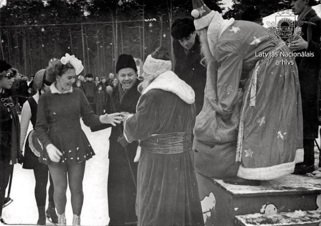 """13 января 1958 года. Рига. Karnevāla uz ledus dalībnieki saņem dāvanas Centrālā kultūras un atpūtas parka (tagad kultūras un atpūtas parks """"Mežaparks"""") slidotavāKarnevāla uz ledus dalībnieki saņem dāvanas Centrālā kultūras un atpūtas parka (tagad kultūras un atpūtas parks """"Mežaparks"""") slidotavā"""