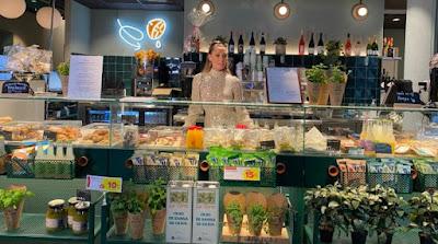 Lina Hedlund bakom en delikatessdisk.