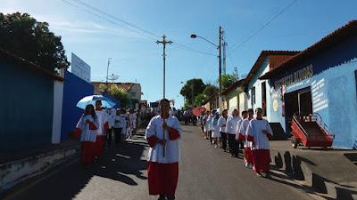 Fiéis participam da procissão de Corpus Christi nas ruas de Luzilândia