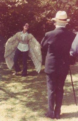 Виктория Чаплин изображает крылатую девушку из фильма The Freak - 3