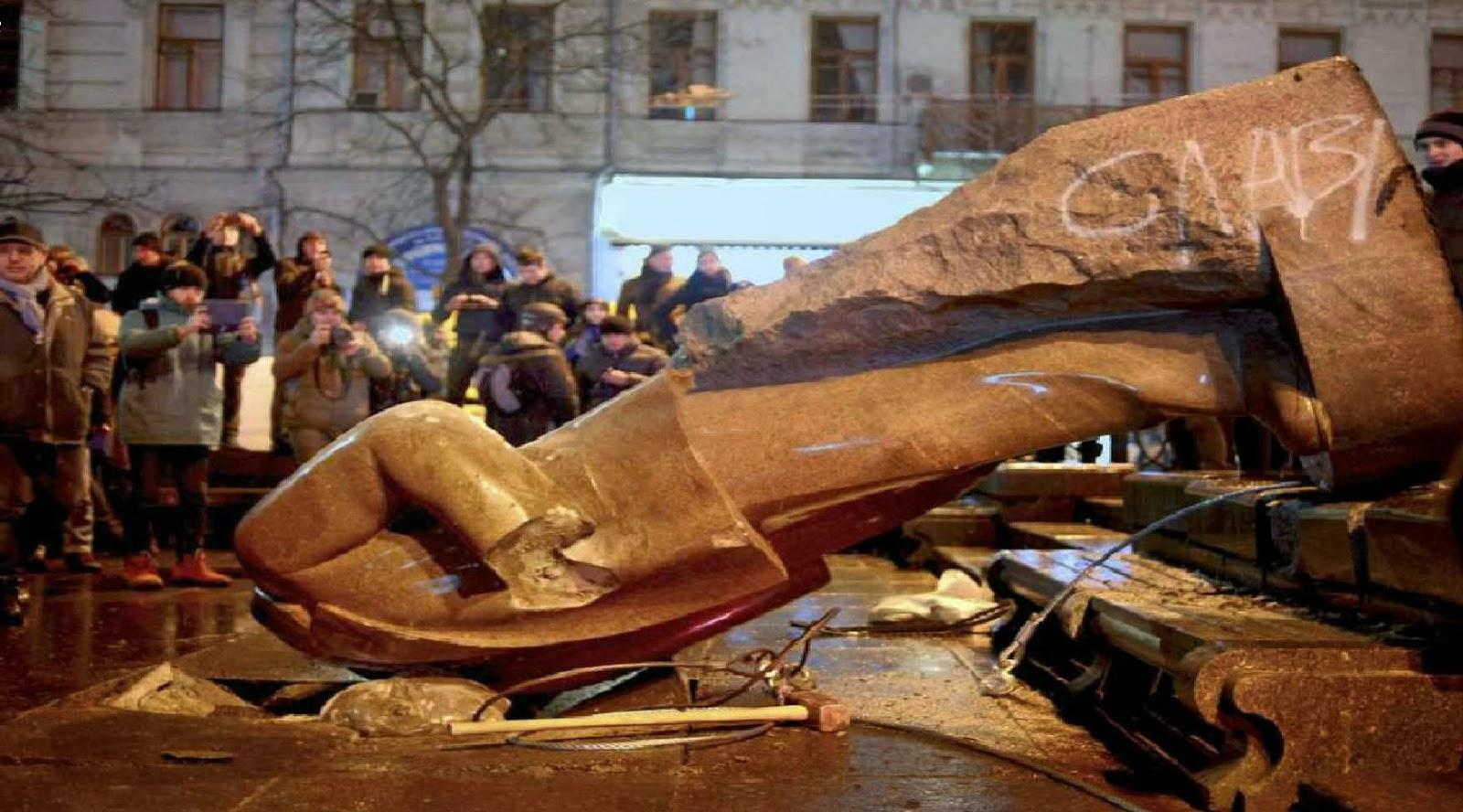 Estátua de Lenine derrubada em Kiev, na festa da Imaculada Conceição