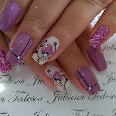 unhas roxas com florzinhas e pedrinhas