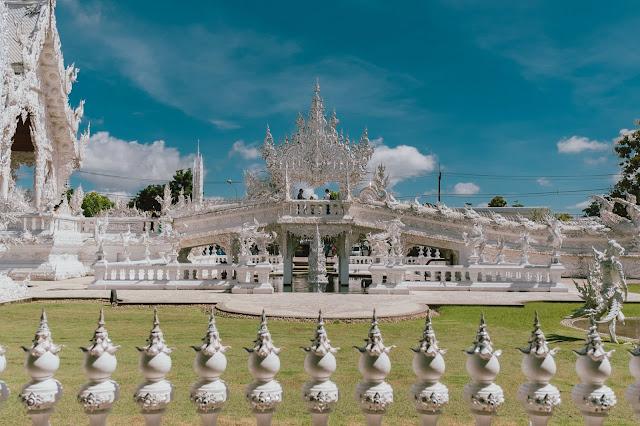 Wat Rong Khun hiện tại đang ngày càng nổi tiếng và đón tiếp lượng lớn du khách tới đây. Chùa mở cửa đón du khách từ 8-18h hàng ngày, nhưng bất kỳ thời điểm nào, dù là giữa trưa nắng, nơi đây đều rất tấp nập, nhộn nhịp.