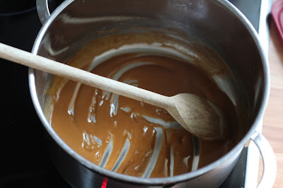 Zubereitung einer dunklen Roux (Mehlschwitze) | Arthurs Tochter Kocht by Astrid Paul