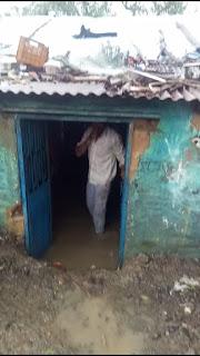 घर के अंदर भरा बरसात का पानी समाज के लोग पहुंचे